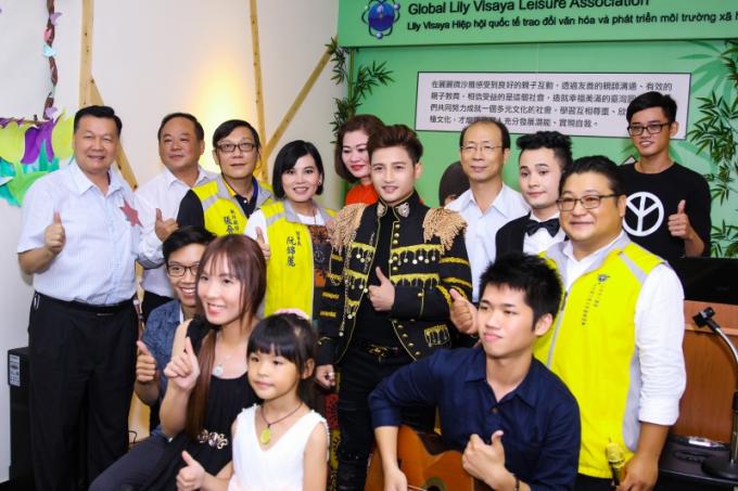 Lãnh đạo Thành phố Đài Nam đến chúc mừng Đỗ Minh Quân.