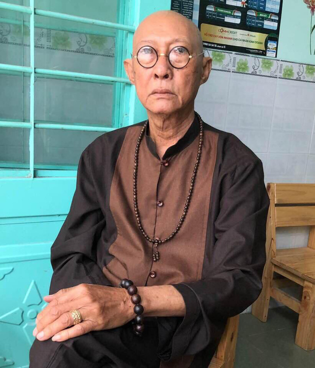 Ngay cả khi phát hiện mình bị ung thư phổi giai đoạn cuối, nghệ sĩ Lê Bình vẫn giấu mọi người, vẫn đi đóng phim và tự đến bệnh viện chữa bệnh một mình.