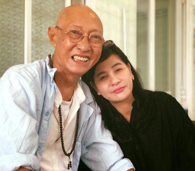 Nghệ sĩ Lê Bình vẫn nở nụ cười rất tươi khi được diễn viên Cát Phượng ghé thăm vào chiều qua (23/8).