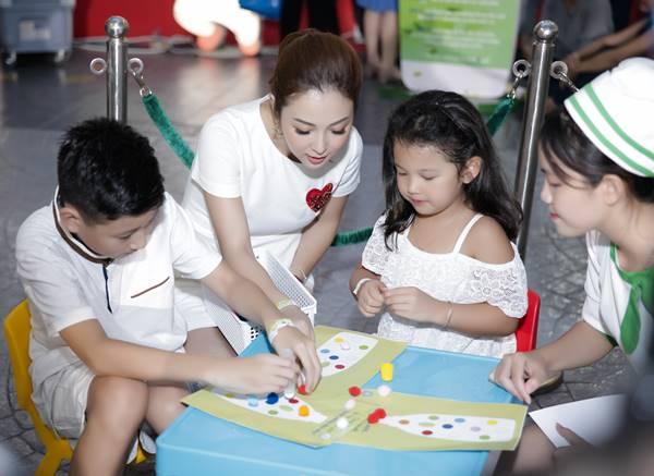 Hoa hậu Jennifer Phạm lần đầu xuất hiện tại sự kiện cùng bé Bảo Nam và bé Na