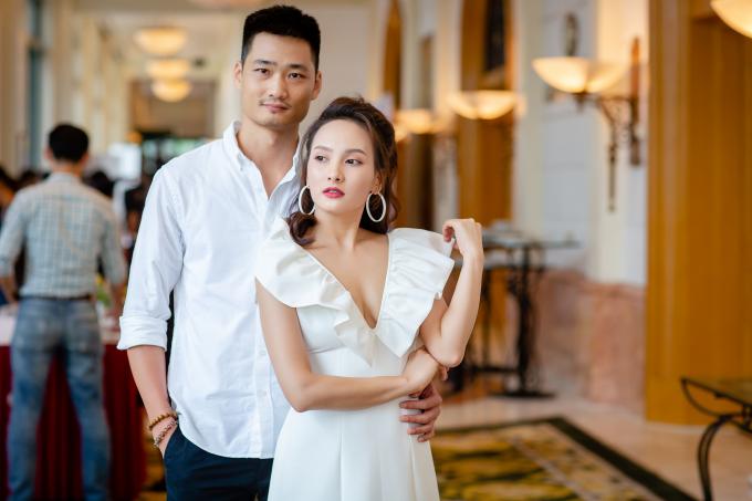 Bảo Thanh nắm tay chồng đi dự họp báo Sắc màu VTV, hội ngộ Chí Thiện
