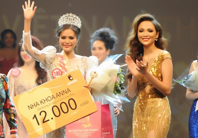 Hoa hậu Diễm Hương trao giải thưởng cho Tân Hoa hậu Việt Nam Thế giới 2018 Dy Khả Hân.