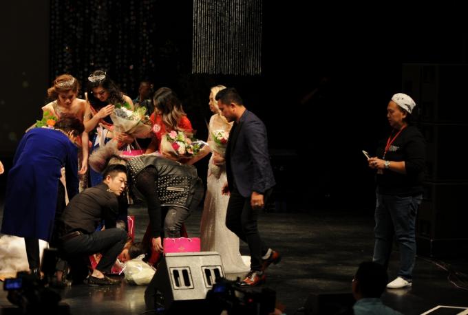 Sức khoẻ suy kiệt, Tân hoa hậu Việt Nam Thế giới ngất xỉu sau phút đăng quang.