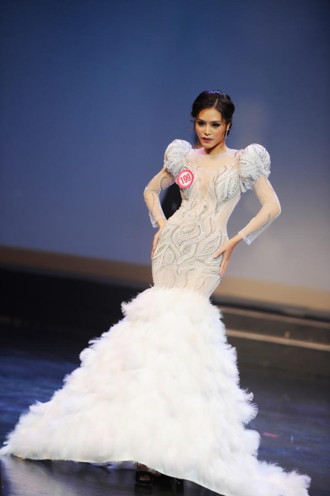 Người đẹp tự tin trình diễn trong trang phục dạ hội...