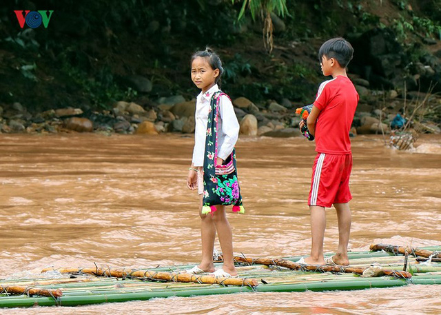 Một số học sinh đi bằng bè mảng nhưng có thể bị lật khi nước lớn. (Ảnh: VOV)