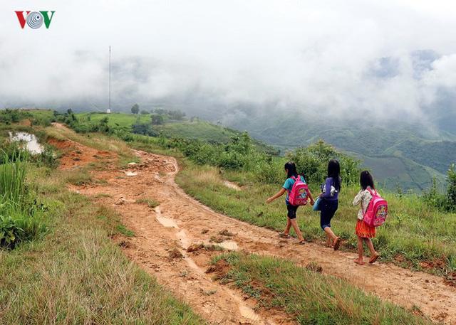 Con đường dài gần 20km từ bản Huổi Hạ đến trung tâm xã chỉ đi xe máy được vào mùa khô nên khó vận chuyển vật liệu để xây cầu. (Ảnh: VOV)