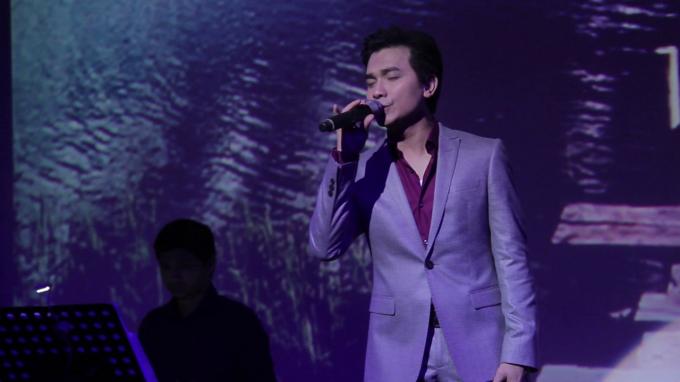 Mạnh Quỳnh là một trong những nam danh ca dòng nhạc trữ tình – bolero được yêu mến không chỉ trong nước mà còn ở hải ngoại.