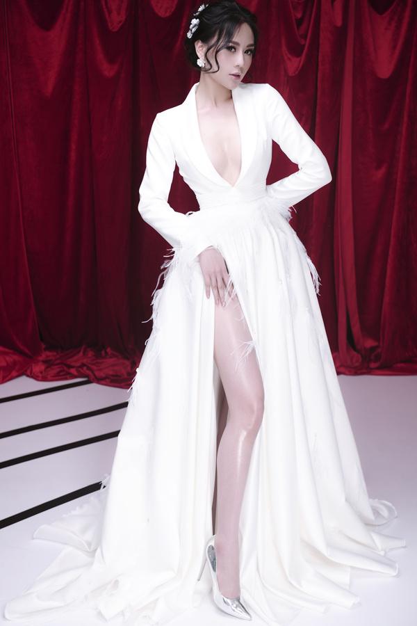 Với chiều cao 1,67 mét,số đo ba vòng là 88-62-94 cm, người đẹp dễ dàng chinh phục nhiều kiểu trang phục. Trước khi bén duyên với nghề diễn, Phương Oanh là người mẫu. Trong nhiều bộ ảnh thời trang, cô theo đuổi phong cáchgợi cảmvới những bộ trang phục cắt xẻ táo bạo.