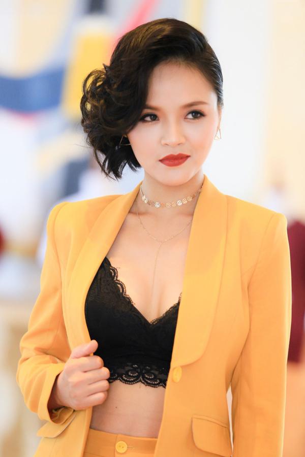 Gắn bó với mái tóc dài, phong cách nhẹ nhàng, nữ tính, Thu Quỳnh khiến nhiều khán giả bất ngờ khi cắt tóc bob bất đối xứng để vào vai My trong