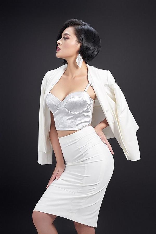 Gần đây, Thu Quỳnh chuộng các trang phục như bra-top, váy bodycon để khoe đường cong gợi cảm.