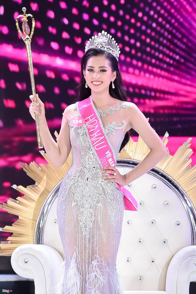 Những tưởng sẽ vụt mất danh hiệu hoa hậu vì câu trả lời ứng xử chưa hoàn chỉnh, song Trần Tiểu Vy vẫn được xướng tên là Hoa hậu Việt Nam 2018, kế nhiệm Đỗ Mỹ Linh. Với chiến thắng này, cô sẽ lên đường dự thi Miss World (Hoa hậu Thế giới) vào cuối năm nay.