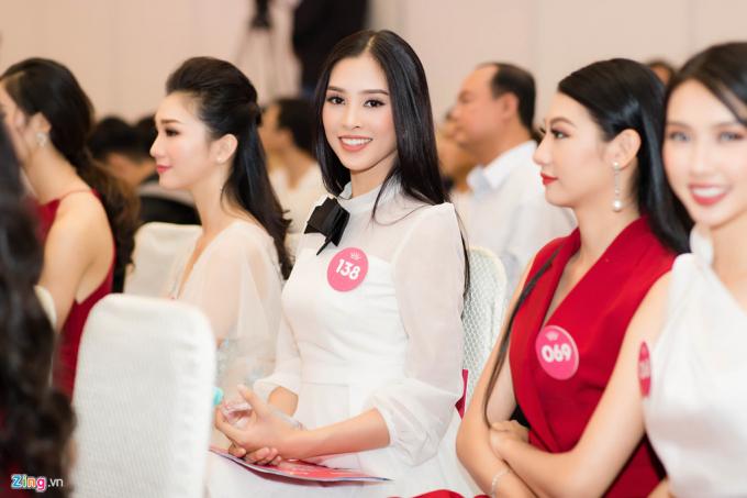 Tiểu Vy được nhận xét luôn nổi bật khi xuất hiện bên các thí sinh khác củaHoa hậu Việt Nam. Những đường nét trên gương mặt cô phù hợp với phong cách trang điểm nhẹ nhàng. Trước đêm chung kết, cô gái trẻ có tên trong hầu hết danh sách dự đoán đăng quang.