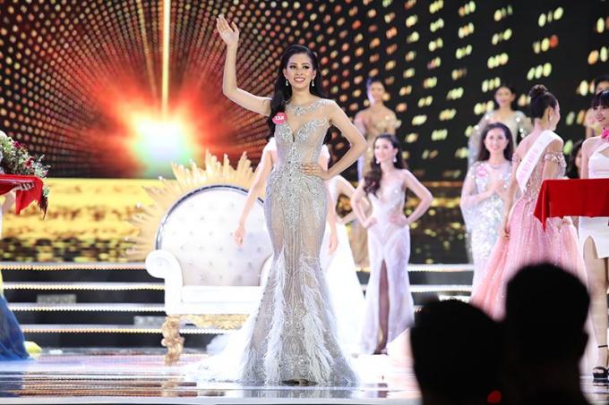 Tân Hoa hậu Việt Nam 2018 trả lời ấp úngtại họp báo sau đêm chung kết.
