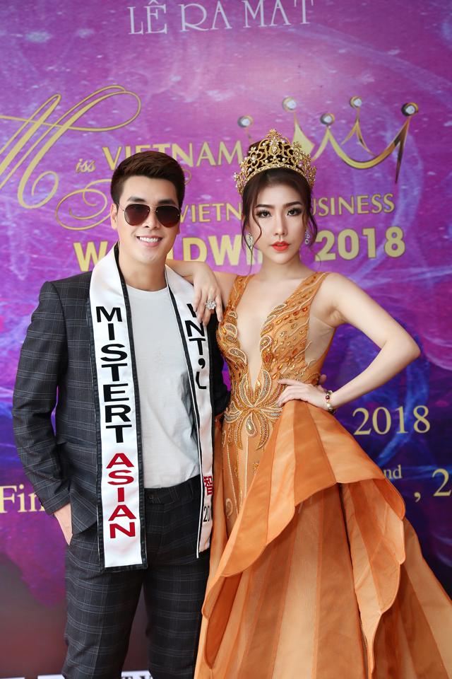 Hoàng Y Nhung quyến rũ bên cạnh Hoàng Phi Kha.