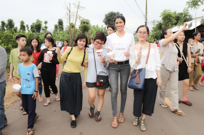 Trang lạ mang Trung Thu về cho trẻ em ở Gia Kiệm, Đồng Nai