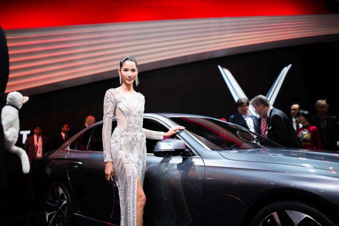 Á hậu Hoàng Thùy xuất hiện nổi bật tại Paris Motor Show