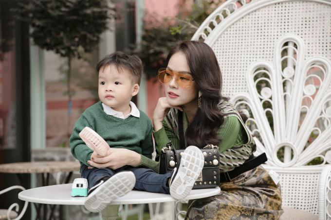 Dương Cẩm Lynh cùng con trai chụp bộ ảnh nhân dịp sinh nhật bé hai tròn hai tuổi