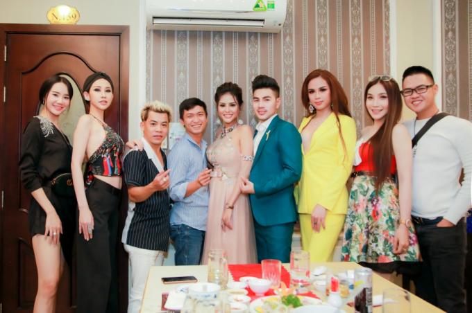 Bạn bè tổ chức sinh nhật nhỏ ấm cúng cho Dy Khả Hân.