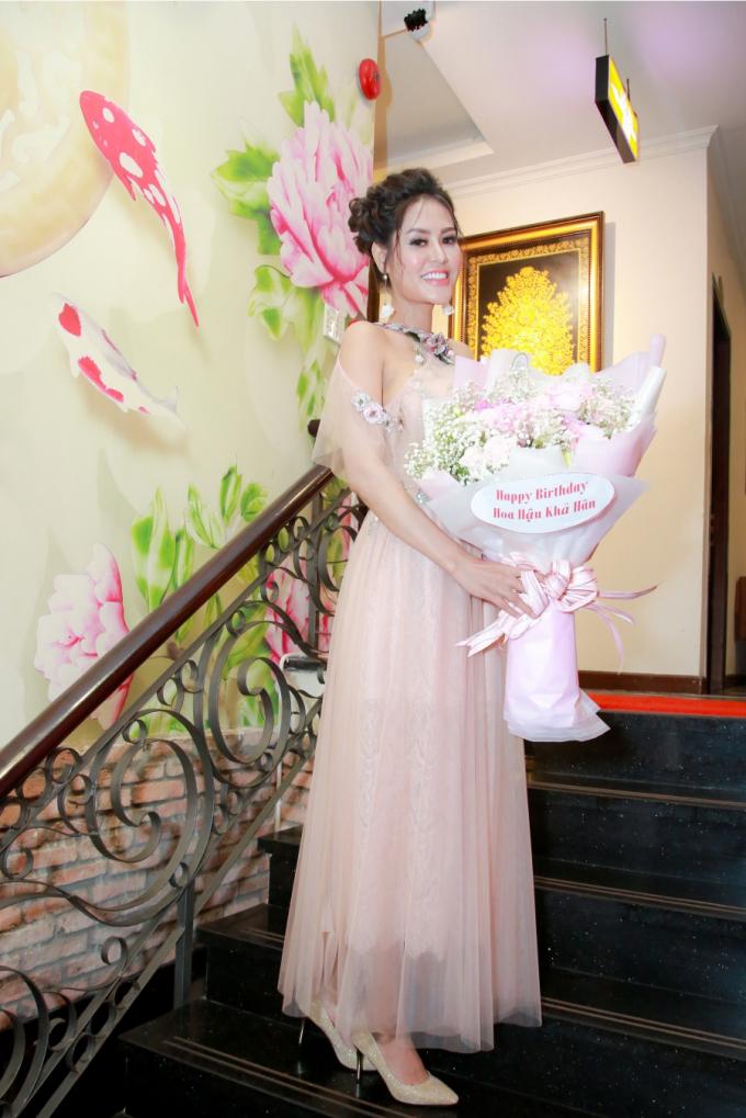 Hoa hậu Dy Khả Hân chọn cho mình phong cách nhẹ nhàng, nữ tính với chiếc đầm màu hồng nude điểm thêm một số chi tiết hoa cỏ sinh động.