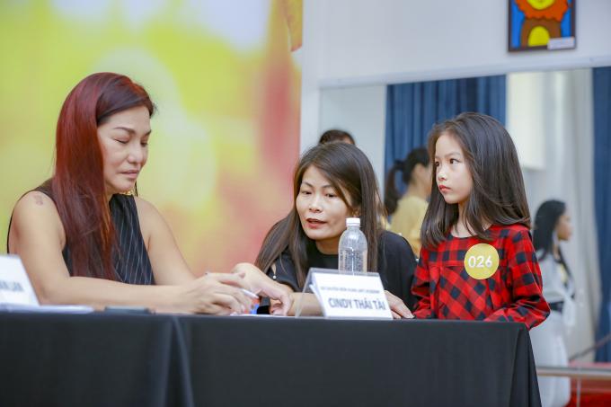 Cindy Thái Tài hỗ trợ Xuân Lan.