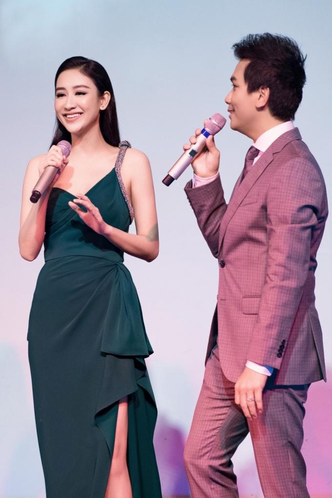 Hai người đẹp đã có dịp song ca rất ăn ý cùng với Mạnh Quỳnh.