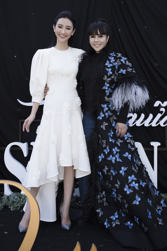 Hoa hậu Trái đất 2017 Hà Thu chọn bộ váy trắng tinh khôi, tự tin khoe vẻ đẹp ngày càng rạng rỡ. Xuất hiện trong chương trình với vị trí vedette - tham gia biểu diễn lẫn trình diễn tiết mục mở màn show diễn, Hà Thu không giấu sự hào hứng khi được góp mặt tại Đà Lạt lần này.