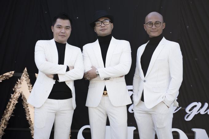 Không chỉ có các khách mời nữ mà cả các nam nghệ sĩ đến chương trình cũng tạo sự chú ý. Nhóm nhạc nam MTV ton sur ton với áo thun đen cổ lọ cùng áo vest trắng sọc đen nhuyễn, trong khi danh hài Quang Minh cũng bất ngờ có mặt trong bộ vest trắng - xanh dương đầy phong độ.