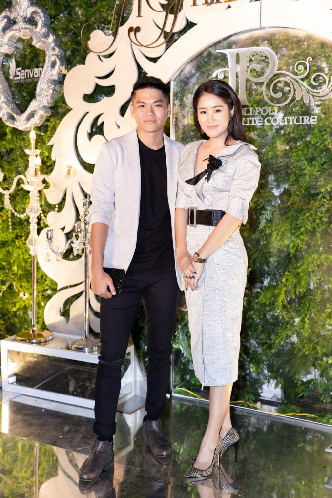 Cô được ông xã là nam ca sĩ Trung Kiên tháp tùng tại sự kiện này. Cả hai dành cho nhau những cử chỉ tình tứ ngọt ngào khiến nhiều người ngưỡng mộ.