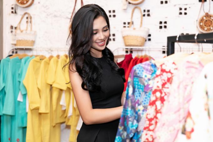 Tiểu Vy khoe nhan sắc 'vạn người mê' khi đi thử đồ cho Asian Kids Fashion Week