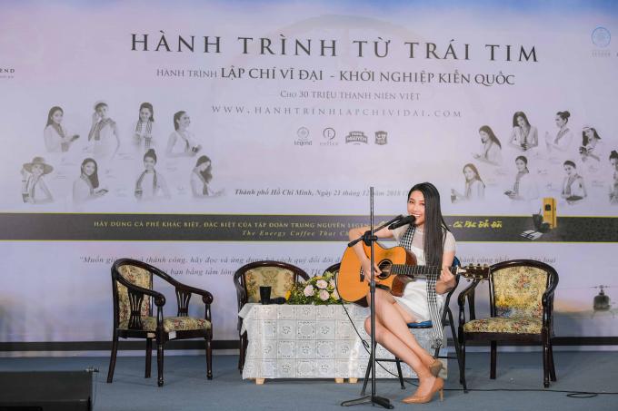 """Tại buổi giao lưu, Thùy Tiên đặc biệt gây ấn tượng khi tự chơi guitar và thể hiện ca khúc """"Chiều nay không có mưa bay"""" bởi giai điệu nhẹ nhàng và là bài hát Tiên thường thể hiện ở nhà vào những lúc rảnh rỗi."""