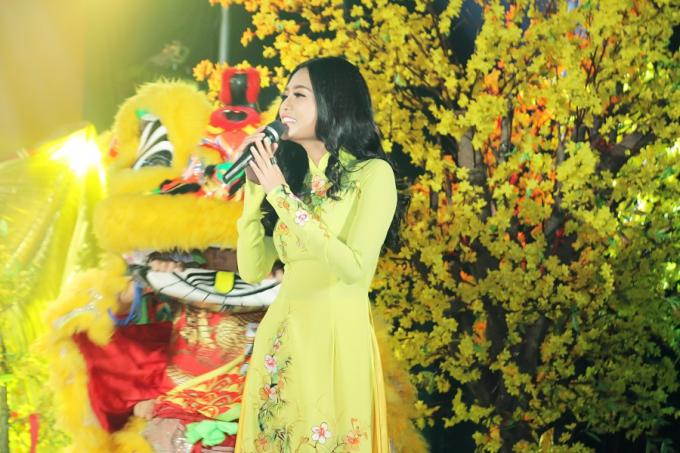 Lần đầu cầm mic, Hoa hậu Dy Khả Hân khoe giọng hát làm