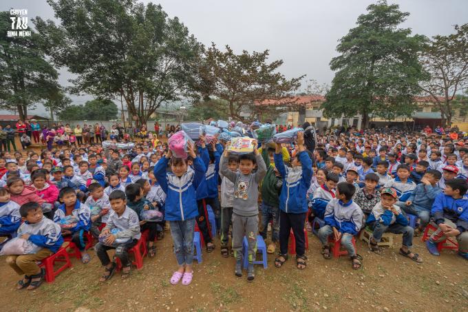 Vẻ mặt hạnh phúc, rạng rỡ của các em học sinh khi được nhận những món quà ý nghĩa từ BTCLiveshow Kịch 2019.