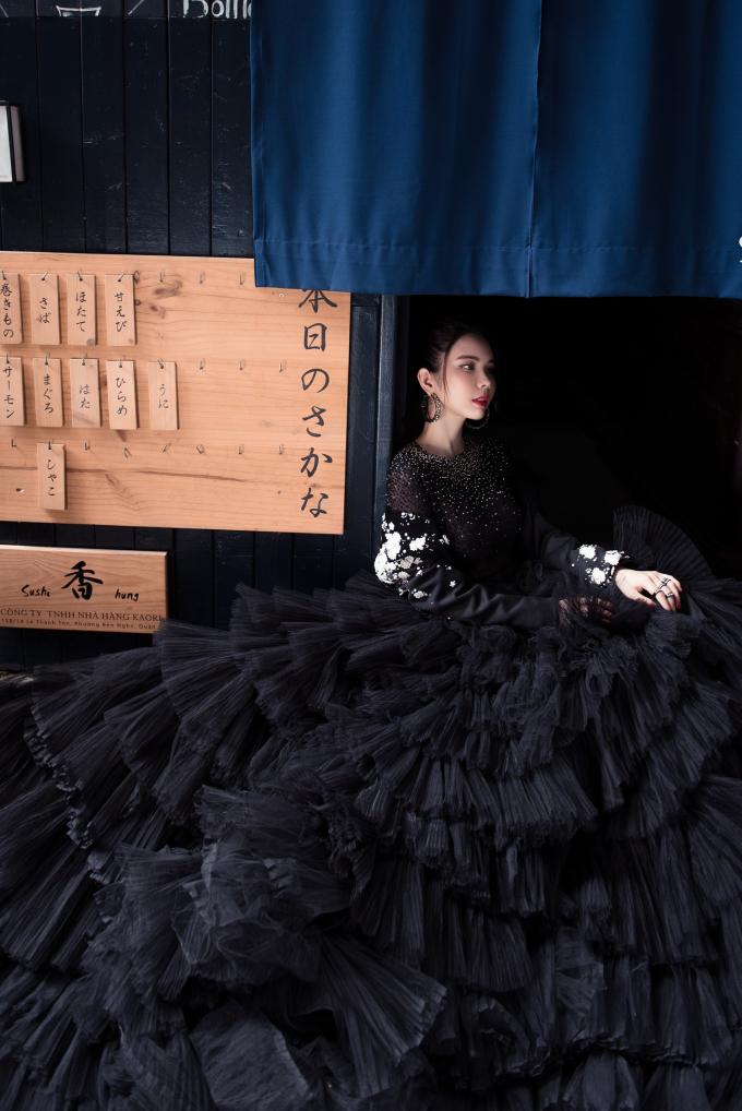 Chiếc váy bồng bềnh được tạo nên bởi phần tùng váy sử dụng kỹ thuật dập li kỹ lưỡng để tạo ra lớp váy nhiều tầng như những đám mây nhẹ nhàng, thanh thoát.