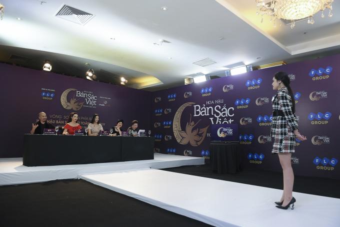 """Trong vòng thi phỏng vấn, Huyền Trang vô cùng tự tin thể hiện khả năng ca hát của mình với bài hát""""Hương ngọc lan"""". Nhà thiết kế Đức Hùng đánh giá cô đang sở hữu nhiều yếu tố tiềm năng để tiến sâu tại cuộc thi năm nay."""