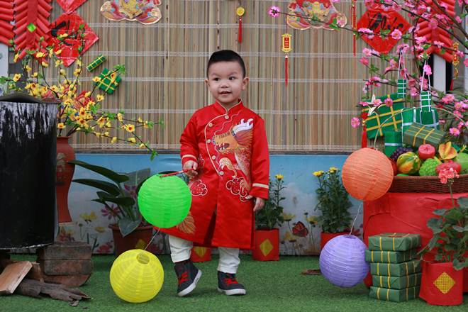 Các bé được trải nghiệm hội chợ Tết truyền thống.