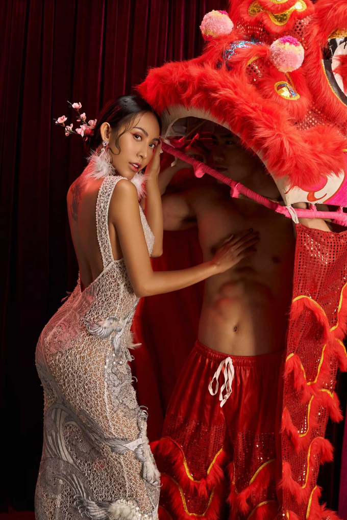 Hoa hậu Trương Hằng đầy cá tính trong bộ đầm thêu tinh xảo. Người đẹp hóa thân vào nghệ sĩ đánh trống vô cùng chuyên nghiệp và thần thái. Bên cạnh, Nam vương Lương Gia Huy khoe cơ bụng 6 múi trong trang phục múa lân bắt mắt và rực rỡ. Cả hai như những nghệ sĩ múa lân, đánh trống thực thụ khiến người xem không thể rời mắt.