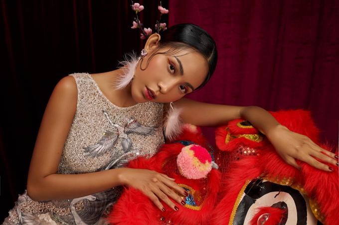Hoa hậu Trương Hằng khoe chân dài miên man khi ngồi lên đôi vai vạm vỡ của Lương Gia Huy