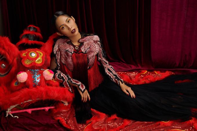 Chiếc đầm tôn trọn vòng 3 bốc lửa, lưng ong và làn da nâu của Trương Hằng.Vẻ đẹp của Hoa hậu và Nam vương khiến nhiều người bị