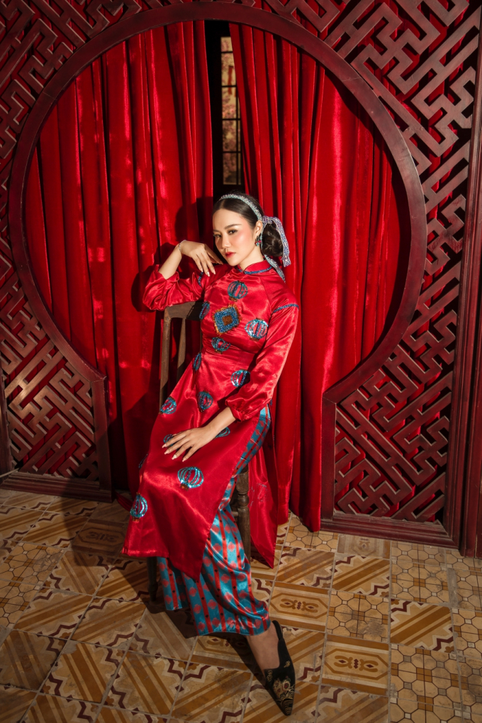 """Á hậu Dương Yến Phi khoe """"vòng eo con kiến"""" trong tà áo dài đón Tết"""