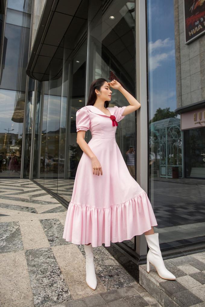 Xuất hiện trong những chiếc váy màu hồng của thương hiệu thời trang Larenn được thiết kế hài hòa thanh lịch, Nam Anh tiếp tục mang đến cho công chúng sự biến hóa mới, lần này là hình ảnh có phần nữ tính hơn.