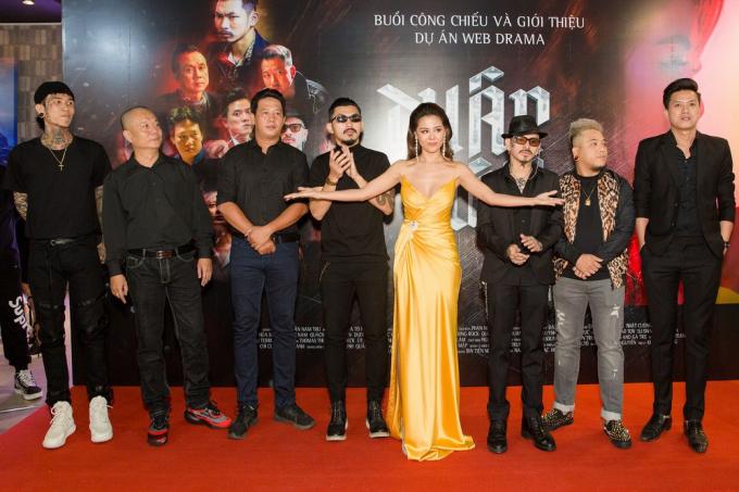 Nam Thư và ê kíp làm phim.