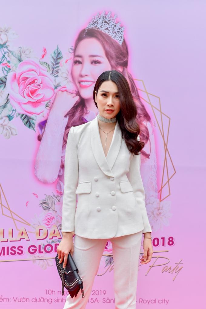 Giải bạc siêu mẫu Việt Nam 2018 Bùi Thảo Phương diện cây trắng theo phong cách menswear thanh lịch và cá tính.