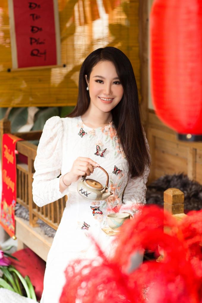 Trong guồng quay của làng giải trí và ngành công nghiệp thời trang, Yến Phi vẫn giữ được nét đẹp thuần Á đông và guu thời trang thanh lịch, nền nã.