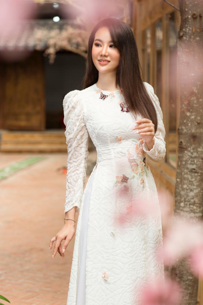 Mê mẩn ngắm Dương Yến Phi tinh khôi trong tà áo dài