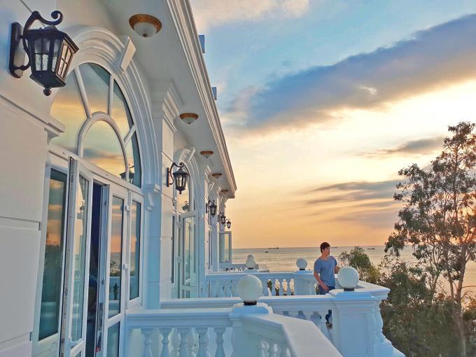 Nathan Lee tình cảm mừng sinh nhật mẹ tiến sĩ, hé lộ căn villa chục triệu đô trên biển Vũng Tàu