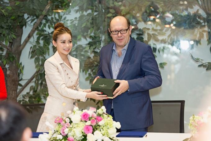 Hoa hậu Hải Dương và ngài chủ tịch Miss Supranational tại Việt Nam năm ngoái.