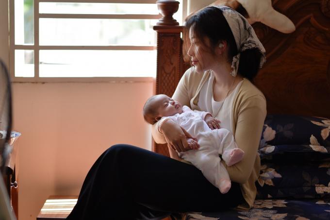 Nam Em trong vai người vợ chịu nhiều thiệt thòi khi bị mẹ chồng (diễn viên Phương Dung thủ vai) xem như người ở trong gia đình, phải làm hết việc nhà, bất kể khi ấy đang mang thai.
