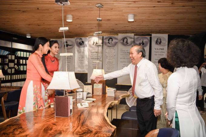Hoa hậu, Á hậu đón Phó Thủ tướng thường trực Trương Hòa Bình tại Bảo tàng thế giới cà phê