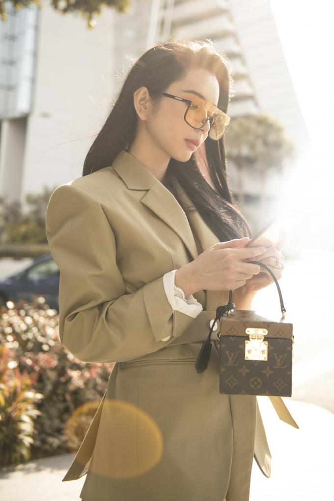 Huỳnh Vy đang có chuyến công tác ở Singapore.
