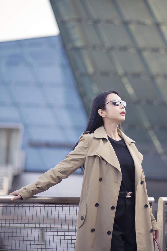 Luôn cập nhật xu hướng thời trang mới nhất, Huỳnh Vy tiếp tục tận dụng áo măng tô kết hợp với áo và quần tây cổ điển phối cùng nhau tạo cho cô vẻ thời thượng sành điệu nhưng cũng không quá phá cách.